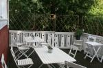 Vandrarhem i Karlstad - Den stora altanen tillåter att sitta utomhus i den lummiga trädgården - Villa Gräsdalen